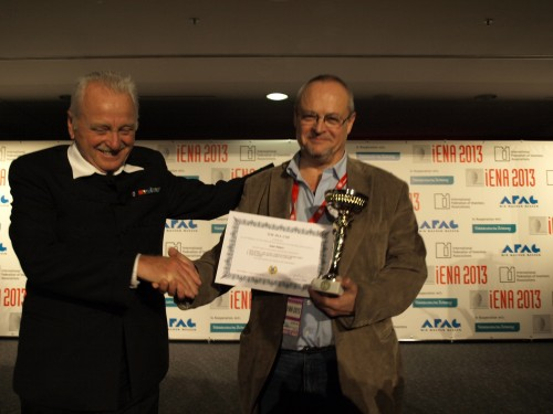 El  Presidente de la Federación Internacional de Asociaciones de Inventores (IFIA)  Dr. András Vedres  entrega la copa Excepcional de Ifia a Juan Valero por las  tres invenciones presentadas